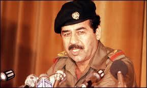 Saddam Hussein établit un régime totalitaire en Irak de 1979 à 2003. Arrêté en 2003, jugé coupable notamment de  crime contre l'humanité  en 2006, il sera exécuté à la fin de l'année. De quelle manière ?