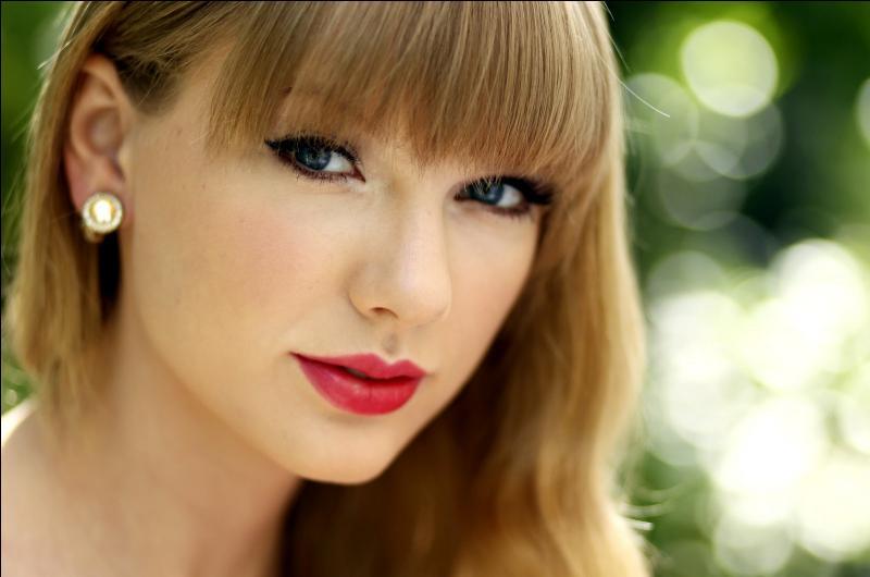 Qui est cette séduisante jeune chanteuse qui a été en couple avec Harry Styles, membre du groupe One Direction ?