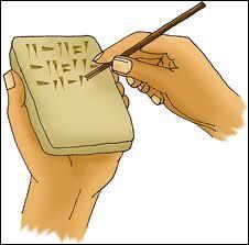 Les premières écritures datent des années -3400 avant J-C et furent retrouvées :