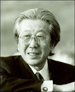 Il a écrit sept symphonies, «La Route de la soie», un poème symphonique, onze opéras dont «Yuzuru», «Kikimimizukin», «Futari Shizuka» et «Hikarigoke», qui sont parmi les plus célébres. Qui est-il ?