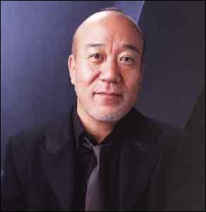 Il a composé «Études pour piano», «Concerto pour piano préparé», créé de nombreuses musiques pour les dessins animés de Miyazaki («Princesse Mononoké», «Le Château dans le ciel»). Quel est le nom de celui qui est actuellement directeur de la Philharmonie du Japon ?