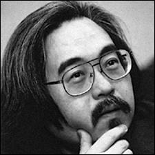 C'est lui qui a composé la bande de «Astro le petit robot», cinq symphonies, des concertos pour piano, trombone, saxophone, basson, violoncelle, guitare et shahuashi, des suites pour orchestre, «Atom Heart Club». Comment s'appelle-t-il ?