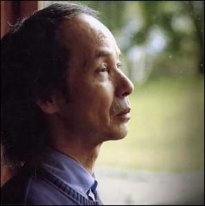Il a composé des concertos de chambre, «Visions pour orchestre», de nombreuses musiques de film («Kwaidan», «Ran», «L'Empire de la passion» et «Hara-kiri»). Qui est-il ?