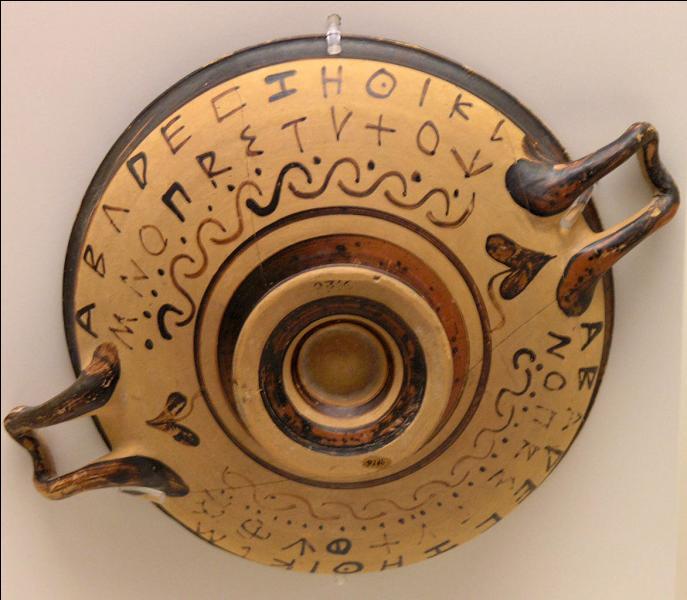 L'alphabet qui revient en Grèce depuis la Phénicie ne comporte que des consonnes, c'est-à-dire des sons qui se font entendre avec des voyelles. Pour les Grecs, les voyelles ont autant d'importance que les consonnes et méritent d'être notées. Ils en créent donc. Comment s'appellent-elles ?