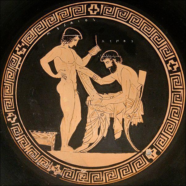 Les lettres grecques peuvent s'écrire en majuscules, ce qui est souvent le cas pour les textes gravés sur la pierre. Les minuscules sont utilisées pour écrire sur le papyrus. Les Grecs emploient également des morceaux de poterie, les ostraka, qui servent notamment de bulletin de vote. Quel support était régulièrement utilisé par les écoliers ?