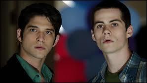 Dans le tout premier épisode de la saison 1, que font Scott et Stiles dans la nuit ?
