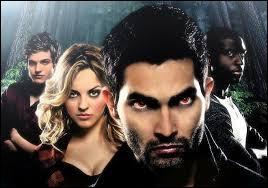 Dans la saison 2, qui Derek transforme-t-il en loup pour rejoindre sa meute ?