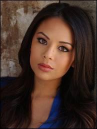 Qui joue Mona dans la série ?