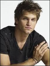 Qui joue Toby dans la série ?