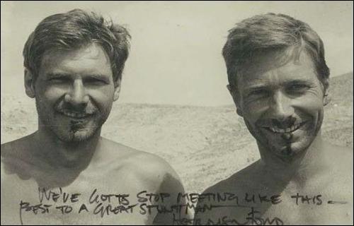 Voici Harrison Ford (Indiana Jones) et sa doublure. Celle-ci est-elle à gauche ou à droite de l'image ?