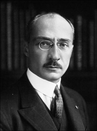 Que construisait la firme  Latécoère , dont le fondateur, Pierre-Georges, vous observe d'un œil très sérieux ?