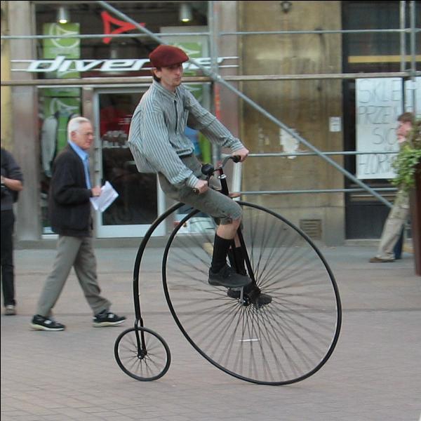 Cette sorte de bicyclette eut son heure de gloire. Comment la nommait-on ?