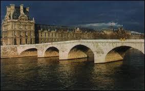 Qui a dit : « Passent les jours et passent les semaines Ni le temps passé ni les amours reviennent Sous le pont Mirabeau coule la Seine. » ?