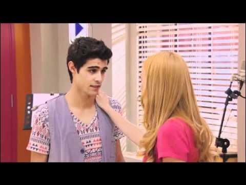 Qui vient interompre l'amour entre Tomas et Violetta ?