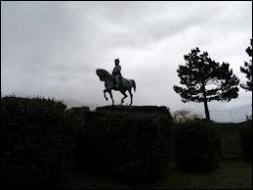 Finalement le roi, impopulaire et abandonné de tous, quitte Paris et s'enfuit en Belgique, laissant le champ libre à Napoléon. Comment a-t-on appelé la période du 1er au 20 mars 1815, du débarquement en Provence au retour triomphal de l'empereur à Paris ?
