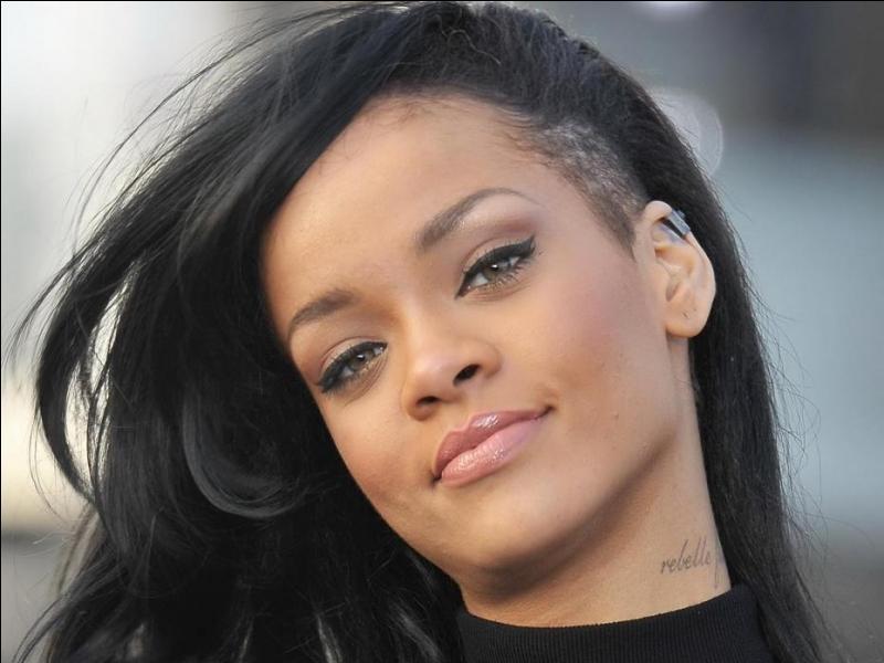Dans son clip Stay, Rihanna se trouve...