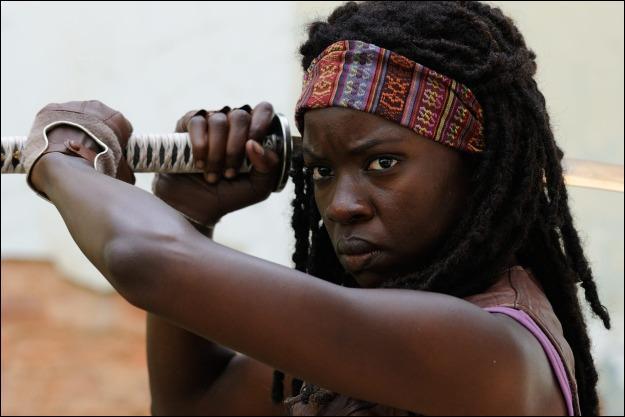 Comment se nomme la femme portant un sabre et qui sauve Andréa ?