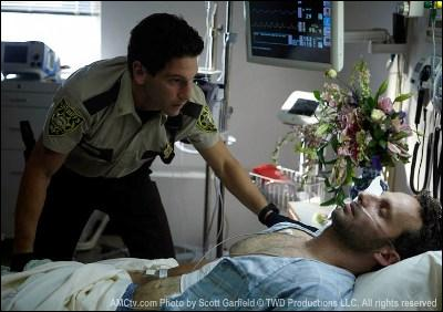 Après plusieurs semaines passées dans le coma, que fait Rick Grimes en premier lieu ?