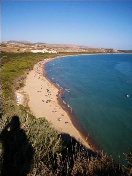 Toujours en Italie, sur la plage d'Eraclea, il vous sera interdit de faire une activité bien précise. Laquelle ?