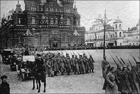 Parallèlement, la Russie est en proie à un état de révolte violente. Cette révolution, qui est intervenue en 1905, a connu son apogée lors du  Dimanche Rouge  où l'armée russe ouvrit le feu sur les manifestants pour réprimer la révolte populaire. Selon les chiffres officiels, quel est le bilan de ce carnage ?
