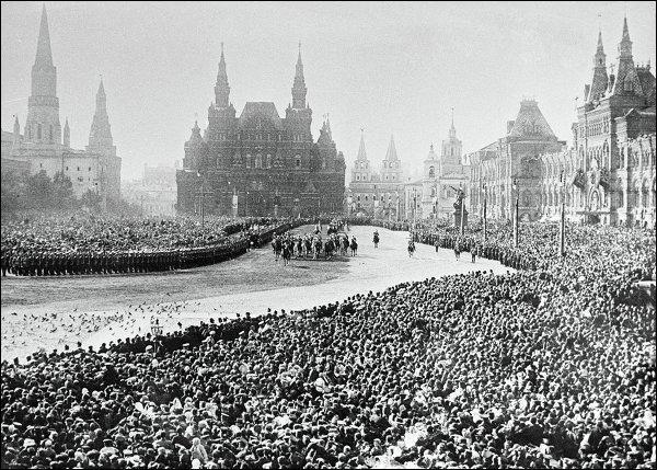Alors que Nicolas II tente de préserver ses intérêts dans les Balkans face à l'Empire austro-hongrois, la famille impériale russe célèbre, en 1913, la dynastie des Romanov. De quel anniversaire s'agit-il ?