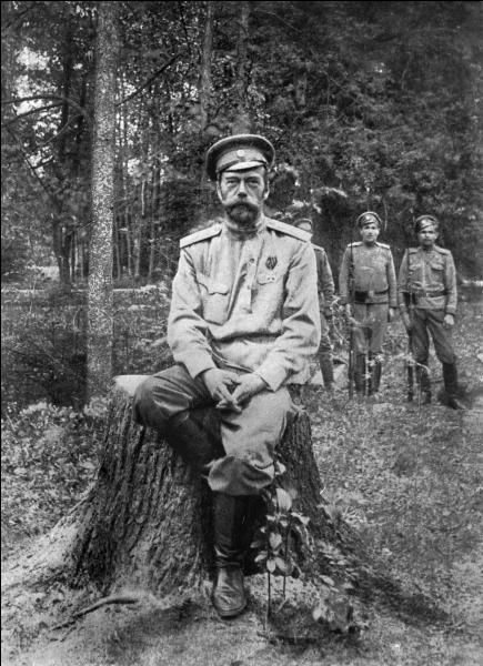 En 1914, Nicolas II fait entrer son pays dans la Première Guerre mondiale. Devant les échecs essuyés par l'armée russe, un climat de confusion s'installe en Russie jusqu'à une première révolution en Février 1917. Le tsar Nicolas II finit par abdiquer. Quelle est la date effective de cette abdication ?