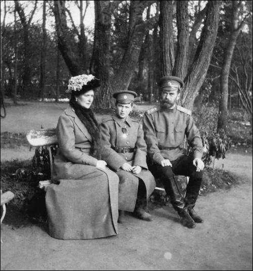 Dans les mois qui suivent, l'incertitude la plus totale règne en Russie. Le mouvement bolchévique émerge alors. Le tsar Nicolas II retrouve sa famille au Palais Alexandre. Dans quelle ville toute la famille est-elle ensuite exilée ?