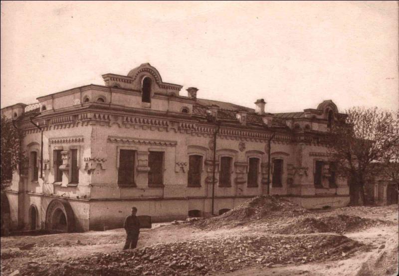 Nicolas II et toute sa famille resteront en exil pendant quelques mois. En avril 1918, ils sont conduits dans une maison dans la ville d'Ekaterinbourg. Comment se nomme la villa où est consignée toute la famille ?