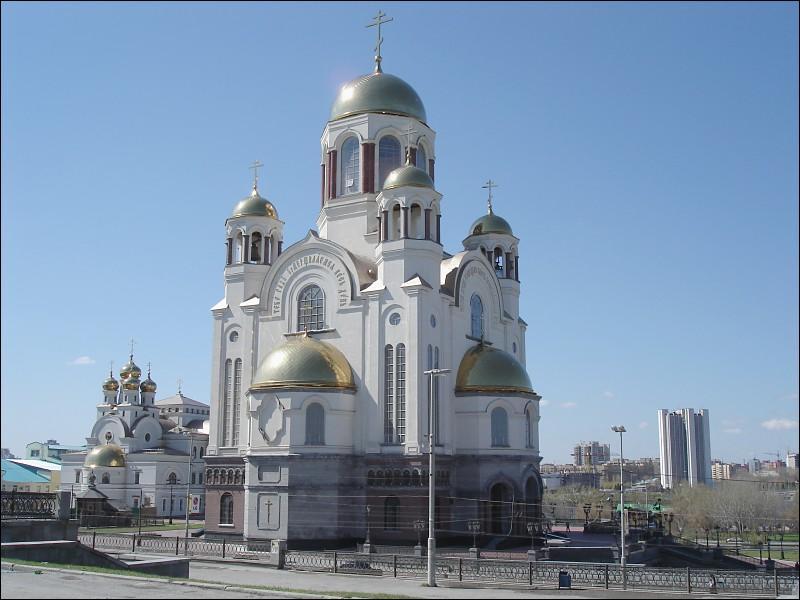 En 1977, quel homme politique russe ordonne la démolition de la villa où furent exécutés la famille impériale russe pour construire, en leur hommage, l'Église-Sur-Le-Sang-Versé ?