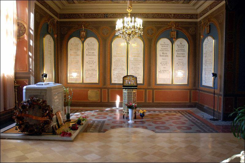 En 1998, Nicolas II et toute sa famille, à l'exception de sa fille Maria Nikolaïevna Romanova et de son fils Alexis Nikolaïevitch Romanov, sont enterrés à la cathédrale Pierre-et-Paul de Saint-Pétersbourg. En quelle année sont-ils canonisés par l'Église orthodoxe de Russie ?