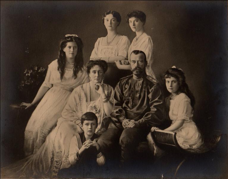 Un an plus tard, le très jeune couple accueille un premier enfant, une fille qui sera baptisée Olga Nikolaïevna Romanova. Combien d'enfants Nicolas II de Russie et Alexandra Fiodorovna Romanova auront-ils ?