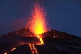 Près de quelle ville sicilienne se situe l'Etna, le plus haut volcan d'Europe ?