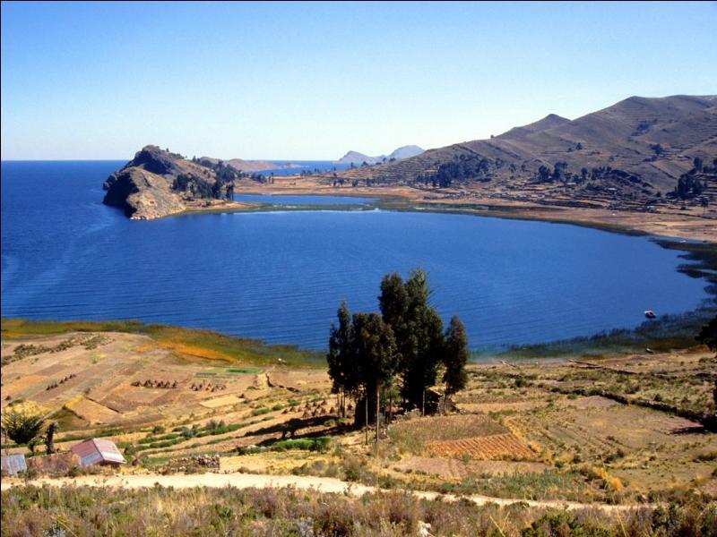 Sur quels états s'étend le lac Titicaca, le plus haut lac navigable du monde ?