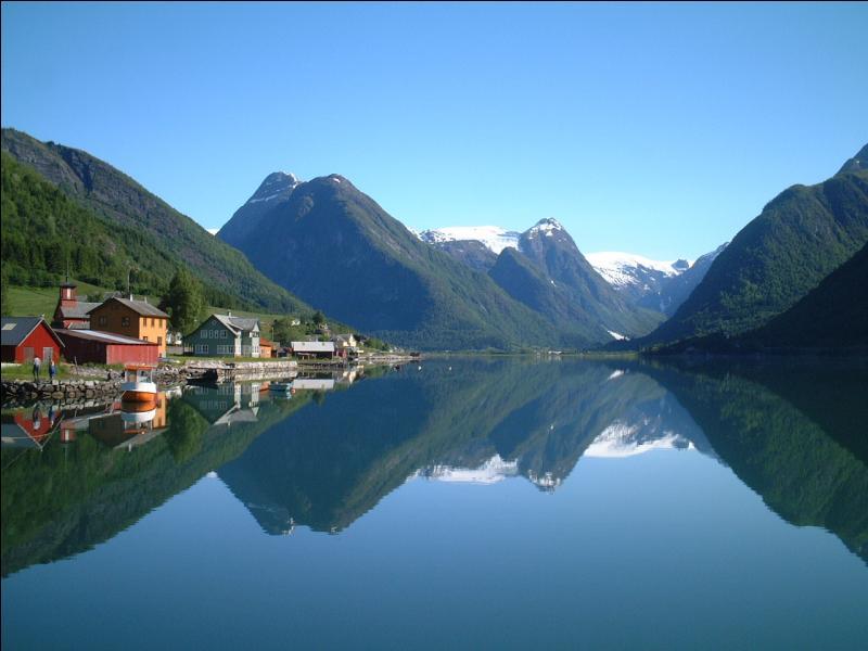 Quel pays, situé non loin de la Suède, appelle-t-on  le pays des fjords  ?