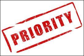 Dans une expression sans parenthèses, qui est prioritaire sur qui ?
