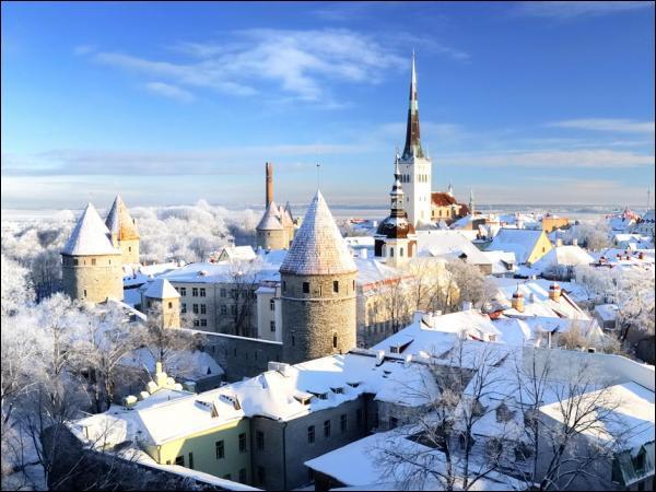 Combien l'Estonie, le plus occidentalisé des pays baltes, compte-il d'habitants ?