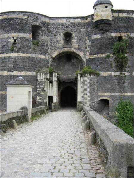 Quel château, réputé comme le plus imprenable de France, ne fut pris qu'une seule fois... et par seulement trois hommes ?