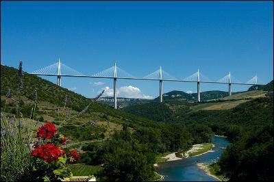 Dans quel pays peut-on visiter la ville de Millau ?