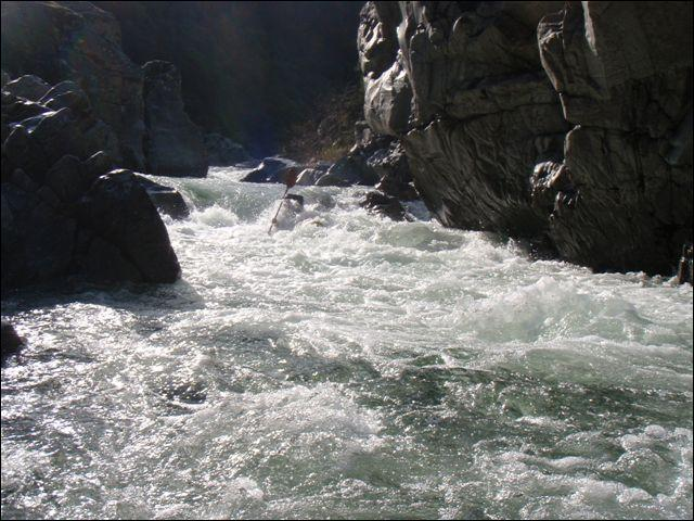 Le courant du fleuve est rapide. Dans quelle catégorie grammaticale classez-vous le mot  rapide  contenu dans la phrase qui précède ?