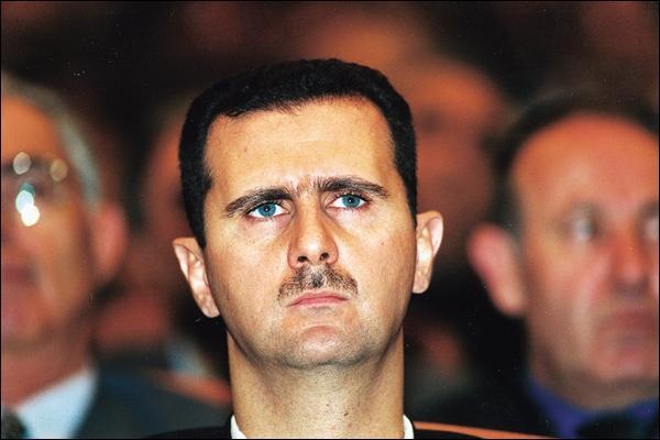 En Syrie, quel chef d'État est contesté par les révolutionnaires dans le cadre de la guerre civile qui dure depuis mars 2011 ?