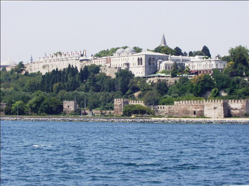 Son nom signifie  la porte des canons . Ce palais de 700 000 m² est cerné par 5 km de remparts. Construit à Istanbul au cours du XVe siècle il s'agit du palais de :