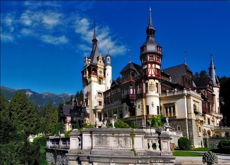 Construit à la fin du XIXe siècle à la demande de celui qui deviendra le roi Charles 1er de Roumanie, le château de Peles offre une particularité. Laquelle ?