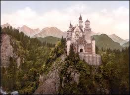 C'est Louis II, roi connu pour son excentricité, qui fit construire le château de Neuschwanstein au cours du XIXe siècle. Ce château, le plus célèbre d'Allemagne, se trouve :