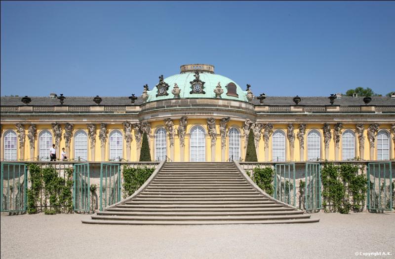 Ce palais était la résidence d'été du roi de Prusse Frédéric II. Construit dans le courant du XVIIIe siècle, on peut le visiter à Potsdam, près de Berlin. C'est le palais de...