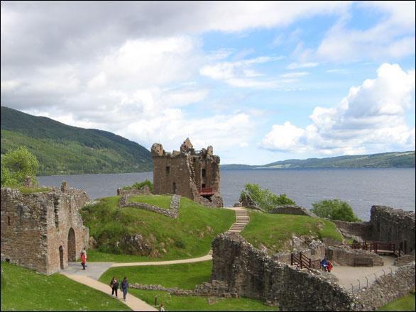 De ce château construit au XIIIe siècle il ne reste que des ruines. Chaque année de nombreux touristes viennent le visiter, espérant sans doute apercevoir Nessie, dans les eaux du lac sur les rives duquel il a été construit. Le château d'Urquhart se trouve :