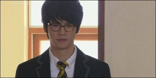 Que fait Min Jae Ha à Jan Di ?