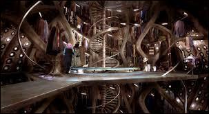 Le TARDIS possède une bibliothèque et une piscine.
