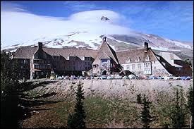 Comment s'appelle l'hôtel dans lequel va loger la famille Torrance ?