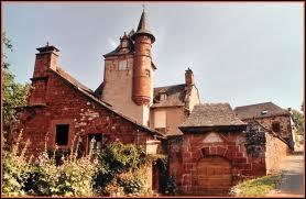 Quel village corrézien doit sa chaude couleur au grès rouge utilisé pour la construction de ses bâtiments ?