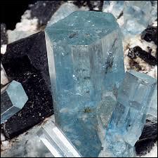 Quel est ce silicate, variété de béryl dont des gemmes de 100 kg ont été trouvées au Brésil et que vous pourrez trouver en France à Plumelin dans le Morbihan ?